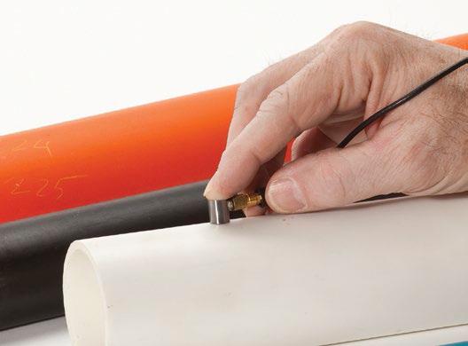 Измеряет толщину пластмассы, металла, резины, стекла, керамики и композитных материалов