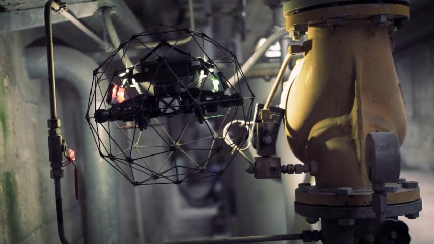 Дрон Elios 2 на промышленном объекте